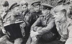 Солдаты поют военные песни