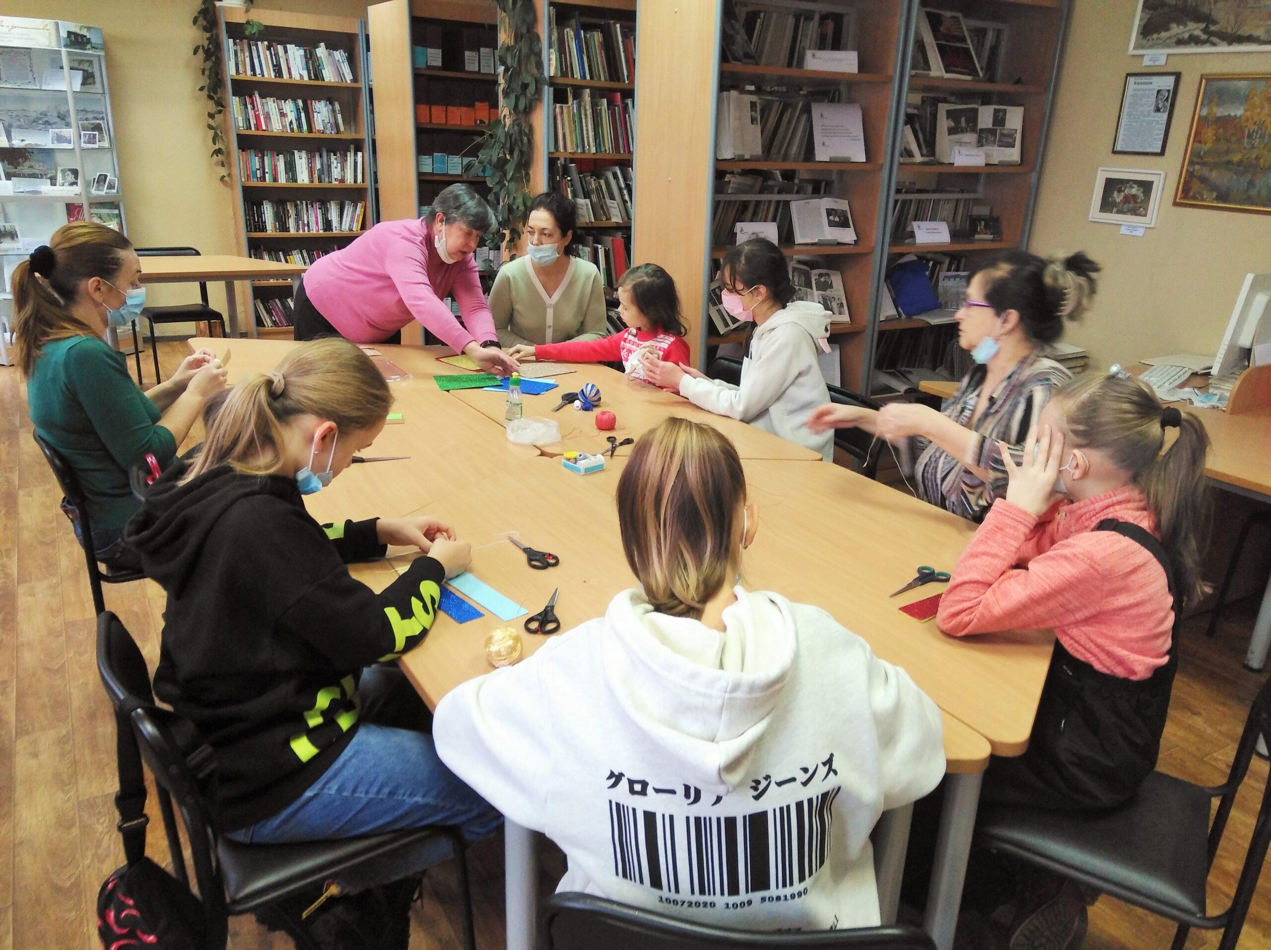Участники мастер-класса делают оригами