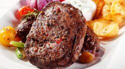 Жаренное мясо с коричневой корочкой