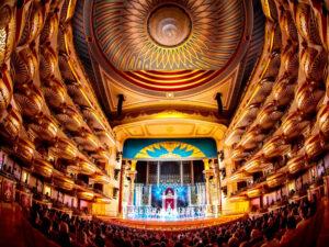 Тбилиси.. интерьер Грузинского национального театра оперы и балета