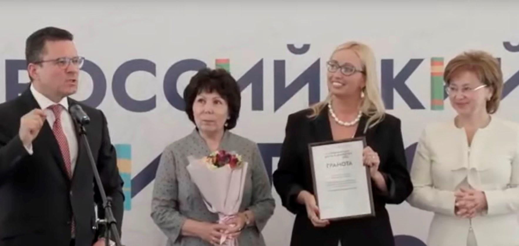 Библиотека получила награду. В. Дуда, Т. Брагина, А. Бирюкова