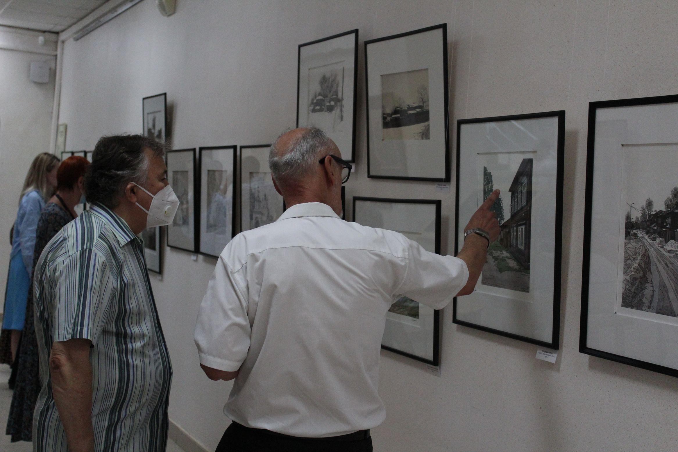 Михаил Белан на выставке работ